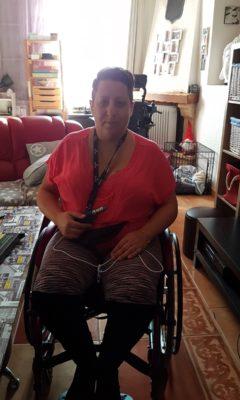 Nathalie, atteinte de la maladie d'Ehlers-Danlos, utilise Amazon Alexa dans son quotidien