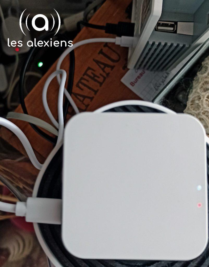 Juste un câble pour l'alimentation - © Les Alexiens