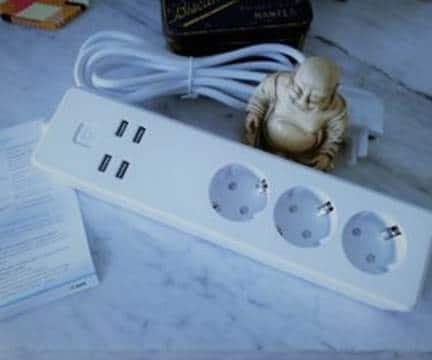 Une multiprise Meross avec 3 prises femelles de type F et un bloc de 4 USB