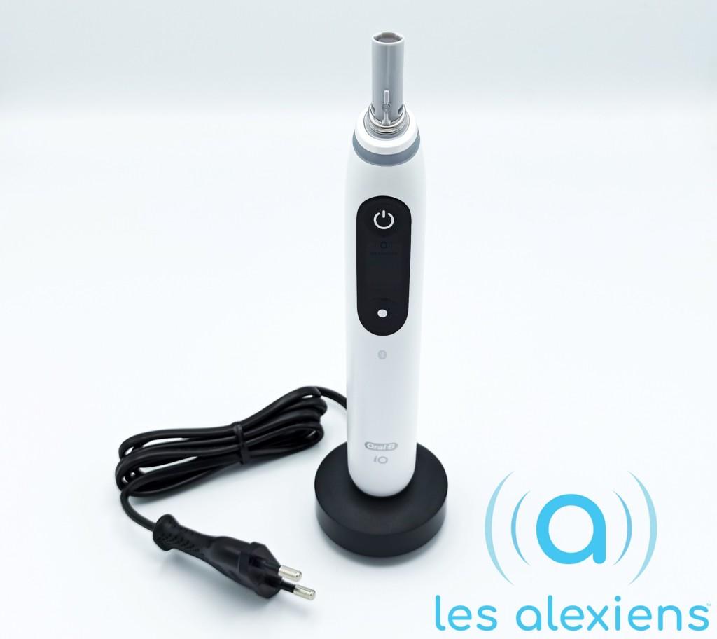 La brosse à dents Oral-B iO Series 8 blanche sur son socle de chargement