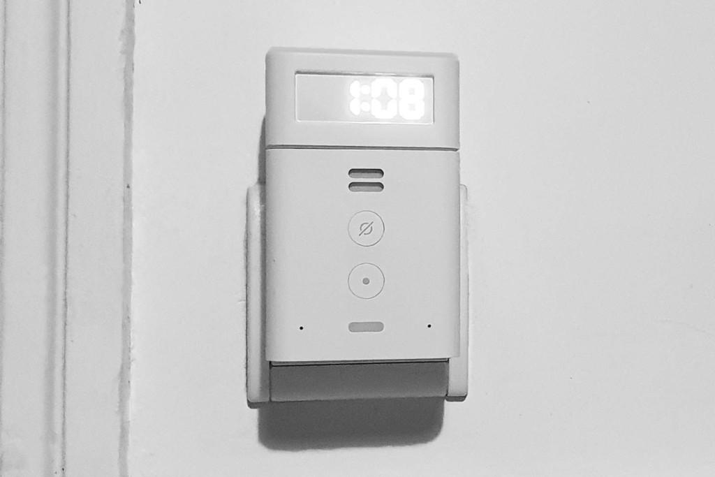 Echo Flex : l'horloge peut se placer en haut ou en bas, c'est pratique.