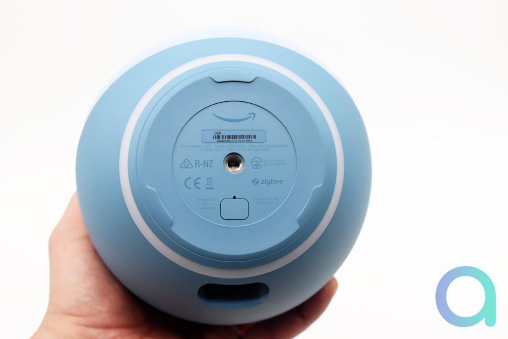 Echo 4 vue de dessous : une vis Kodak et un connecteur d'alimentation