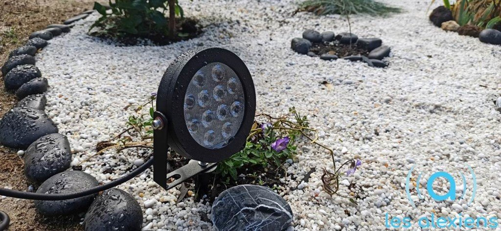 La lampe d'extérieur Gledopto ZigBee dans un jardin japonais connecté