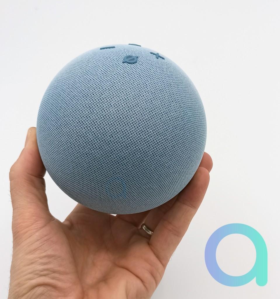 Echo Dot 4 tient dans la main