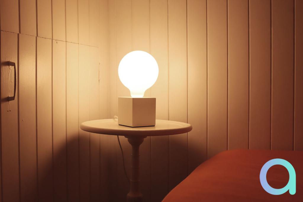 L'ampoule Calex Globe sur notre table de chevet...