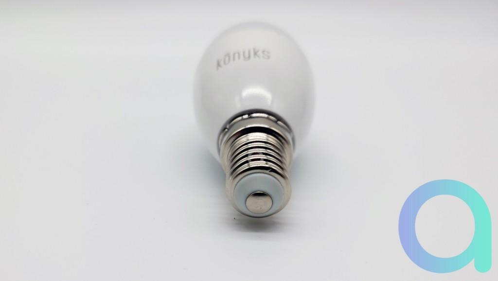 Une ampoule connectée avec culot E14 de la marque Konyks