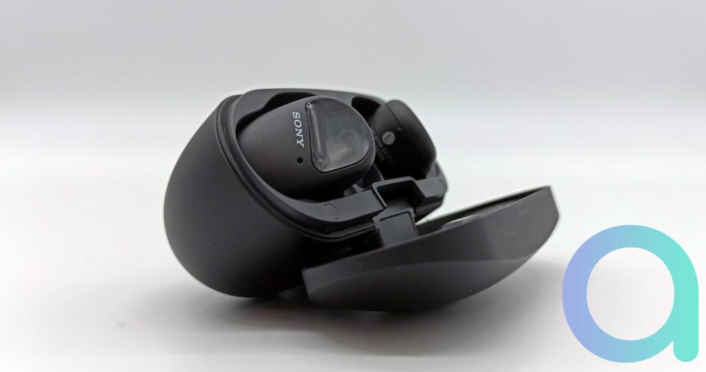 Les écouteurs intras Sony WF-SP800N en charge dans leur étui