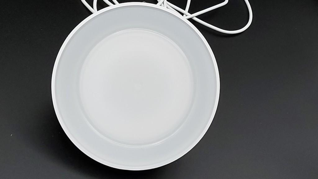 Vue avant de la lampe avec sa vitre en surface plastique