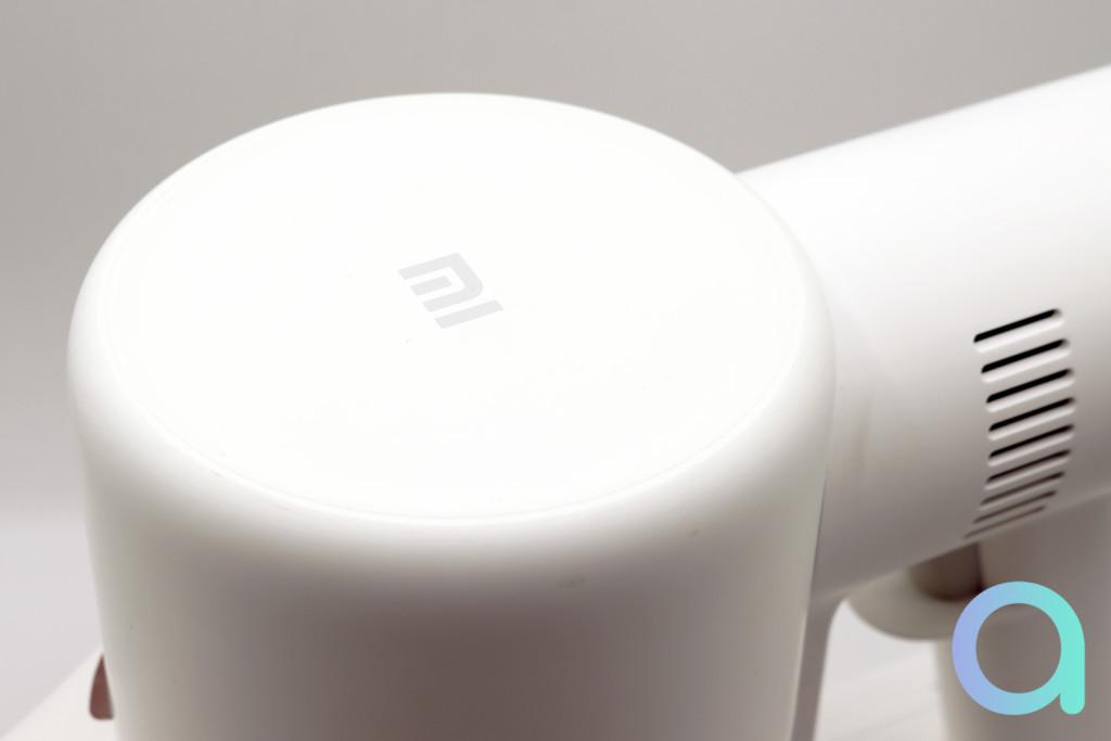 Le logo Mi de Xiaomi sur le dessus de l'aspirateur
