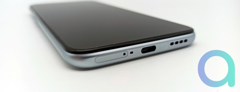 dessous du X3 de Realme avec le tiroir carte SIM et la fiche USB-C