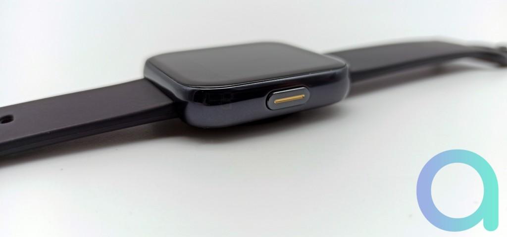 tranche droite de la montre Realme Watch avec bouton fonction jaune