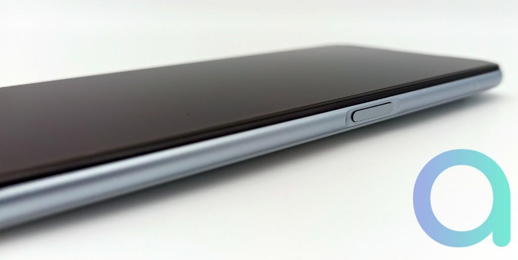 tranche droite du smartphone Realme X3 avec buton capteur d'empreinte