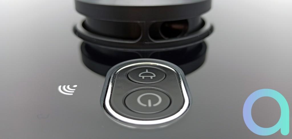 Boutons fonction prise et power sur l'aspirateur connecté Neatsvor X600
