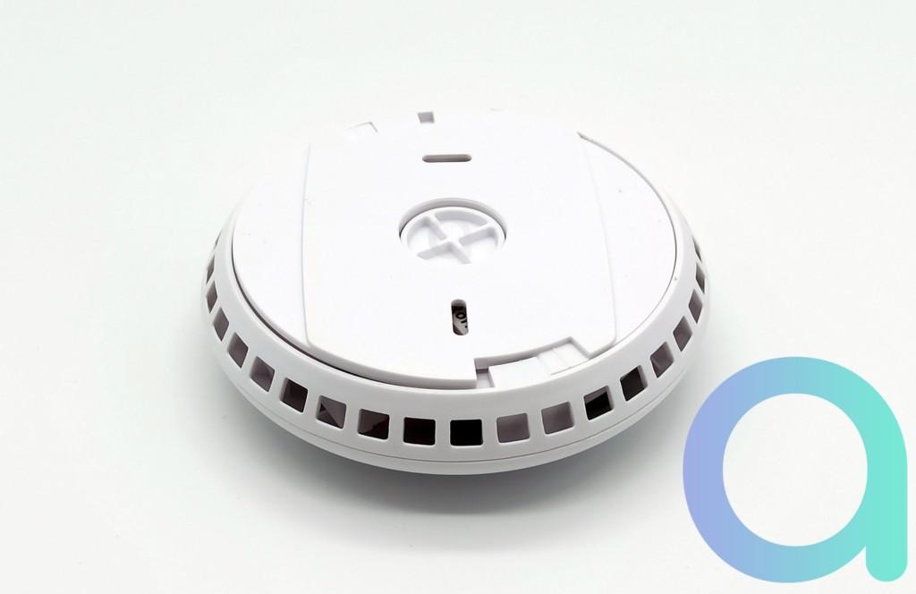 dessous du détecteur de fumée FireSafe de Konyks avec les ouvertures de détection