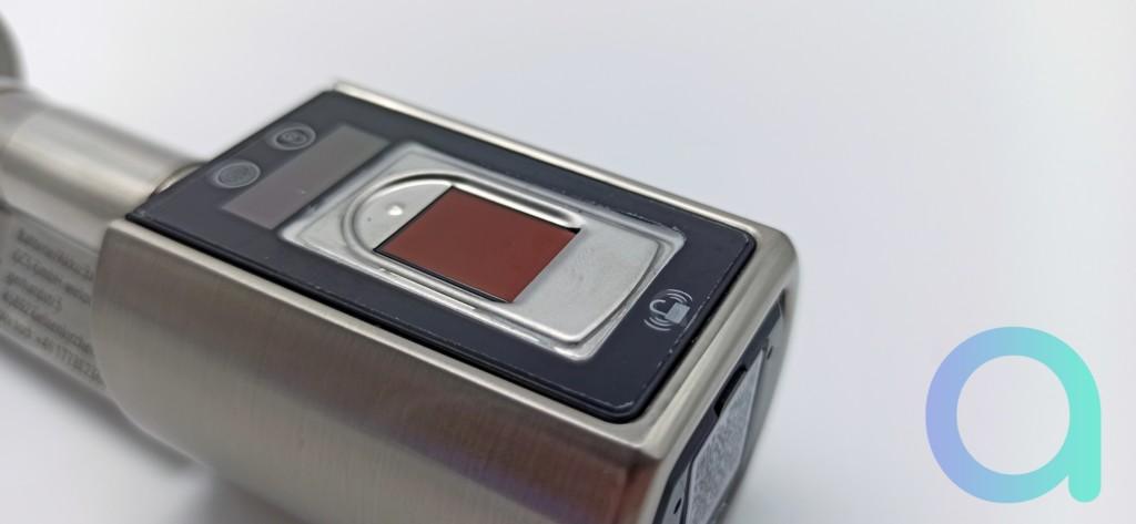 ecran OLED de 17x5mm avec capteur d'empreinte sur la poignée extérieure de la serrure connectée We.lock
