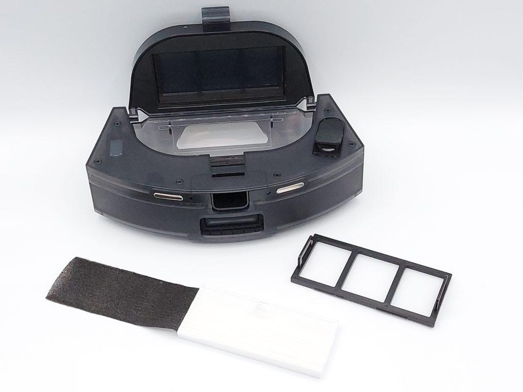 Filtres mousse noire et filtre blanc HEPA protégés par un tissus synthétique sur la grille de fixation du bac à poussière de l'aspirateur robot Proscenic M8 Pro