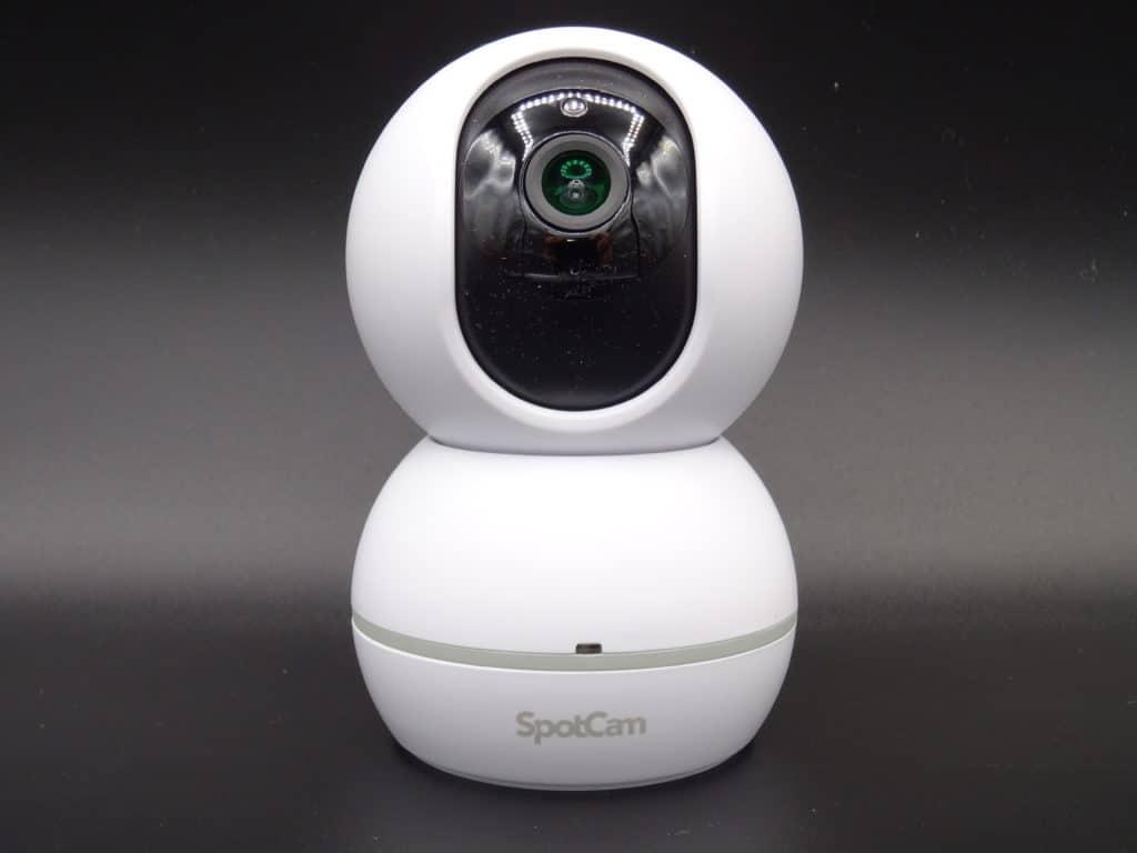 La petite caméra d'intérieur rotative à 360° à l'horizontale compatiible avec les assistants vocaux Spotcam