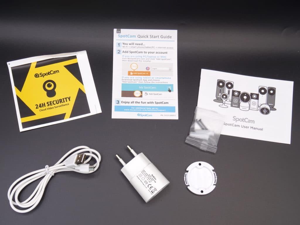 accessoiures fournis : support de fixation, prise sans terre avec cable USB, les guides d'utilisation et d'installation rapide et en caseau un autocollant de surveillance