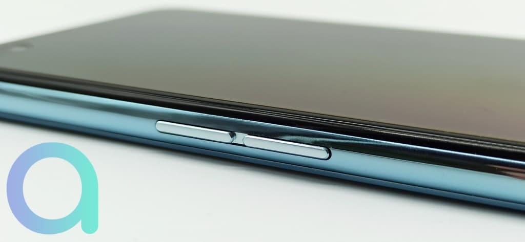 Tranche gauche avec boutons fonction volume du smartphone OPPO Reno4