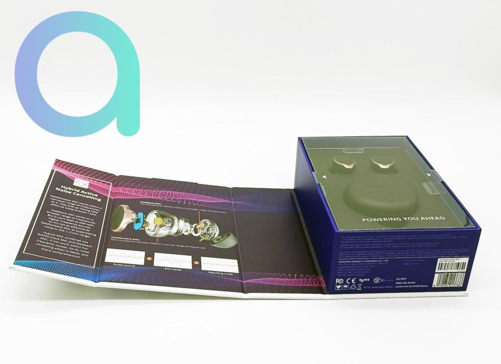 Accessoires des Appolo Bold rangés sous la planche contenant les écouteurs et le boitier de rechargement Tronsmart