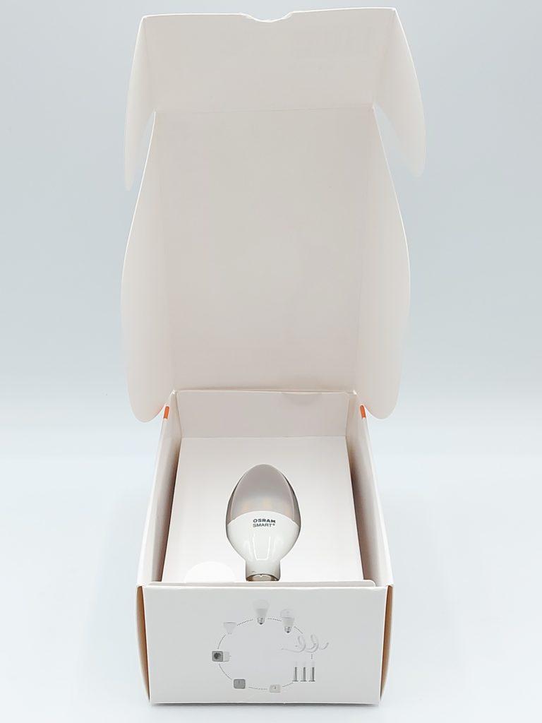 L'ampoule flamme E14 d'OSram Smart+ est bien calée dans son coffret en carton