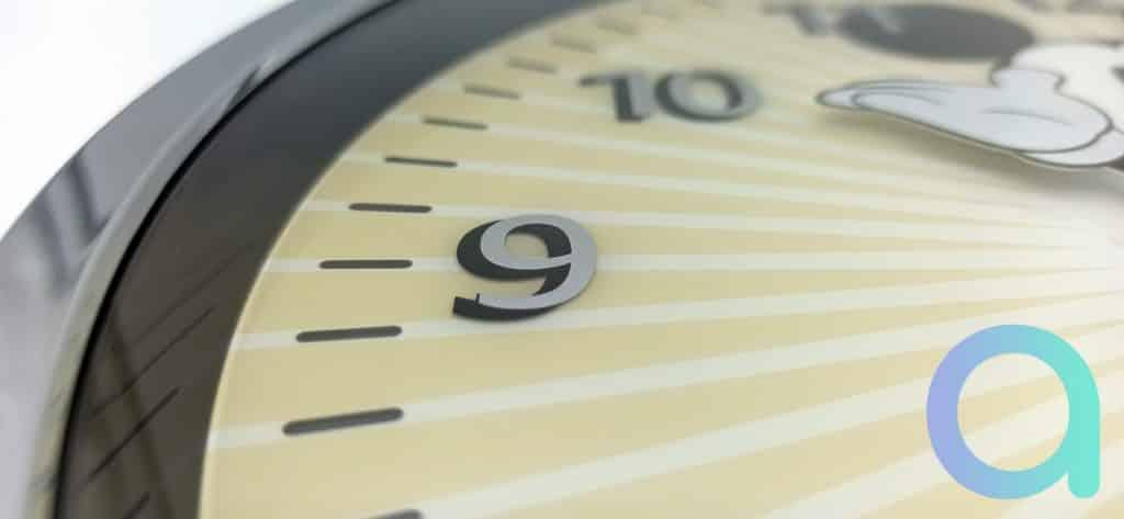 L'heure est donnée par les bras de Mickey sur l'Echo Wall Clock