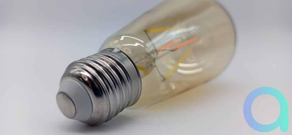 Culot aluminium minimaliste pour laisser la place au globe ambré de l'ampoule Benexmart