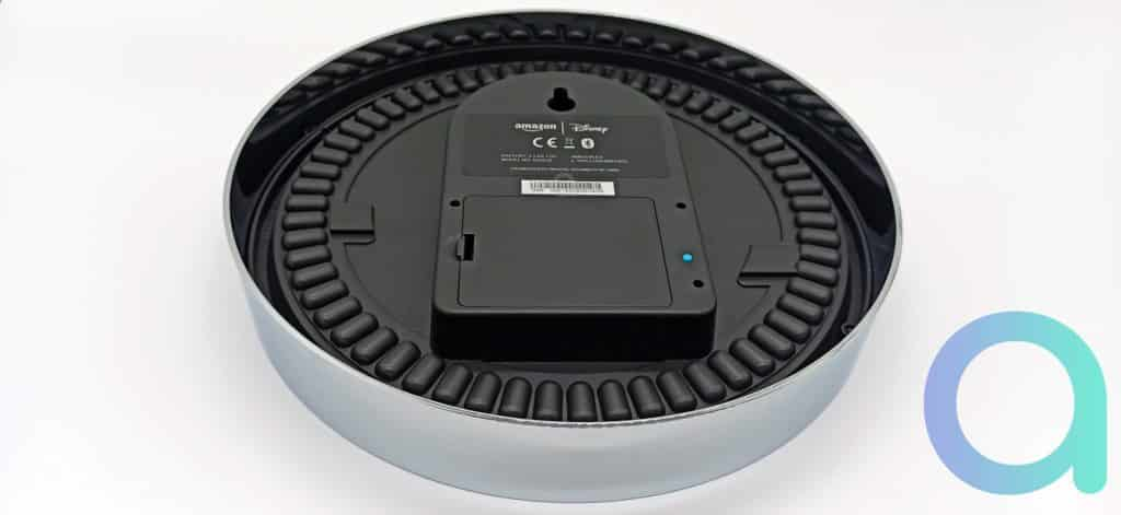 Dos de l'Amazon Echo Wall Clock avec bouton fonction jumelage bleu tranchant sur le noir