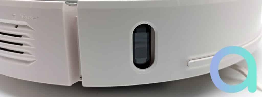 Capteur sur l'avant du robot aspirateur Ultenic T10 et bouton fonction reset