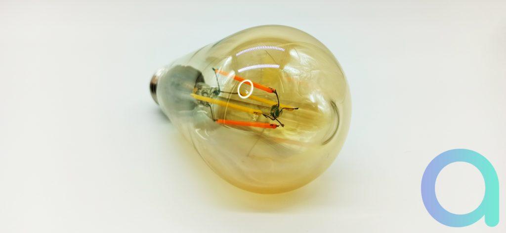 Filaments verticaux bien visibles dans le globe ambré de l'ampoule rétro ST64 de Benexmart