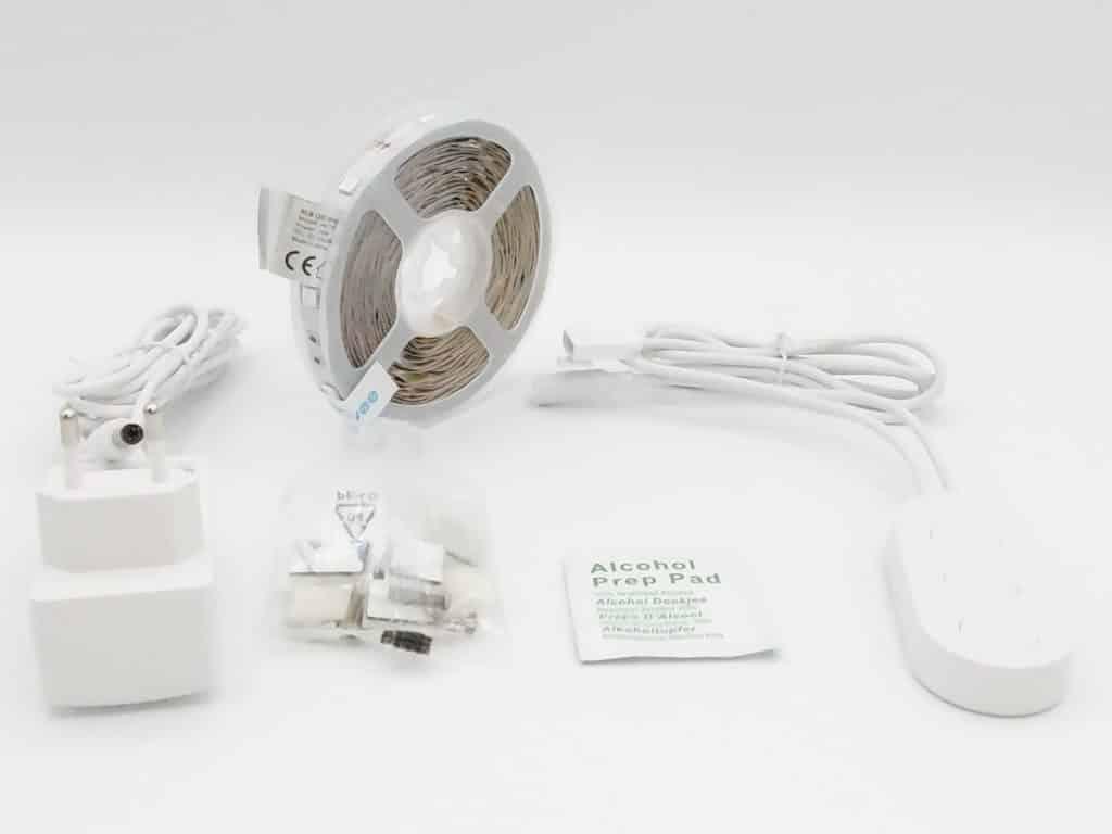 Le coffret Govee contient le ruban, la télécommande, l'adaptateur secteur, un kit de fixationn et un tampon d'alcool