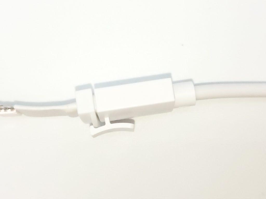 un crochet assure la fixation entre le ruban et le contrôleur