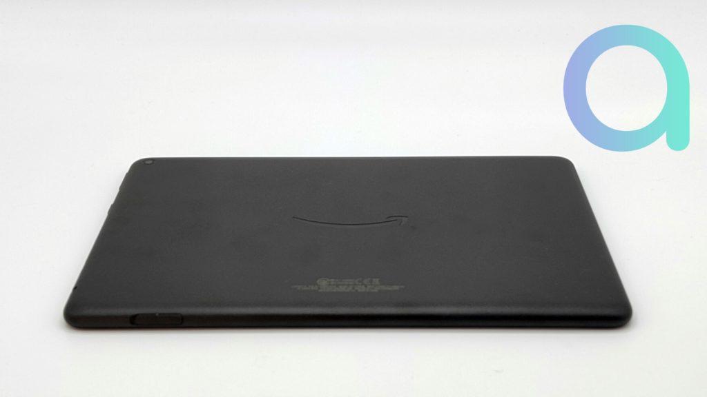le dos de la tablette Fire HD 10 reprend le logo d'Amazon