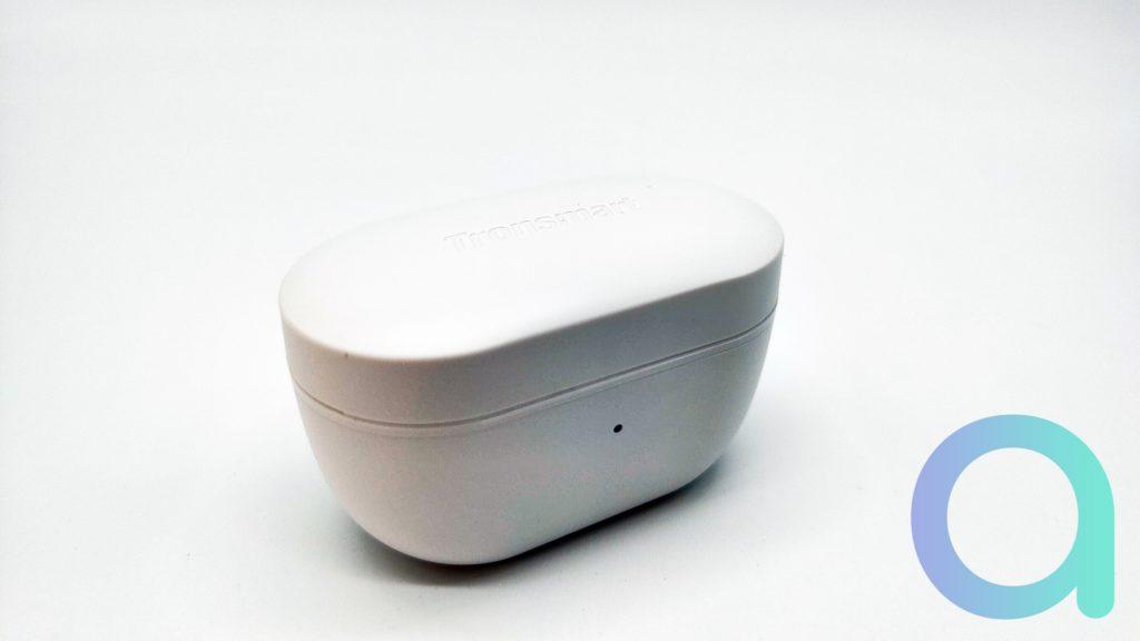 Le boitier de rechargement des écouteurs Appolo Air de Tronsmart est suffisamement petit pour tenir dans une poche