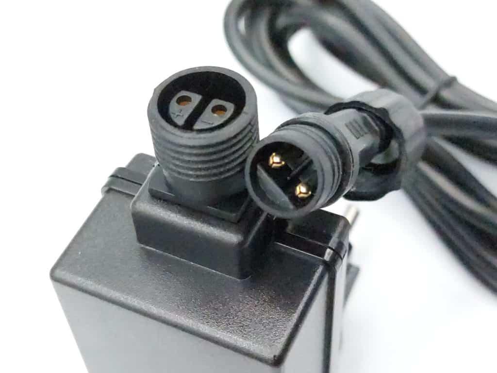 le cacble du boitier de commande à 2 broches et le bloc d'alimentation des Spots Outdoor Light Colour Innr
