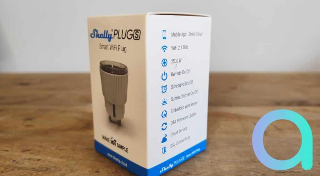 Les informations essentielles comme les caractéristiques techniques sont reportés sur le coté de l'emballage blanc et bleu de la Shelly Plug S