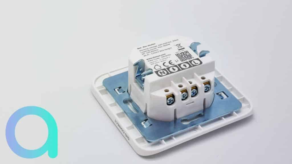 Les dimensions et la forme carré du bloc de repiquage de l'interrupteur de volet DIO Rev Shutter sont à prendre en compte pour l'installation