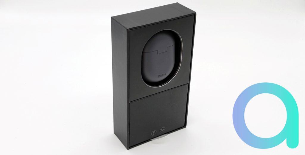 Le boitier de rechargement des Buds 3 Pro apparait avec le logo Redmi lorsqu'on retire le couvercle