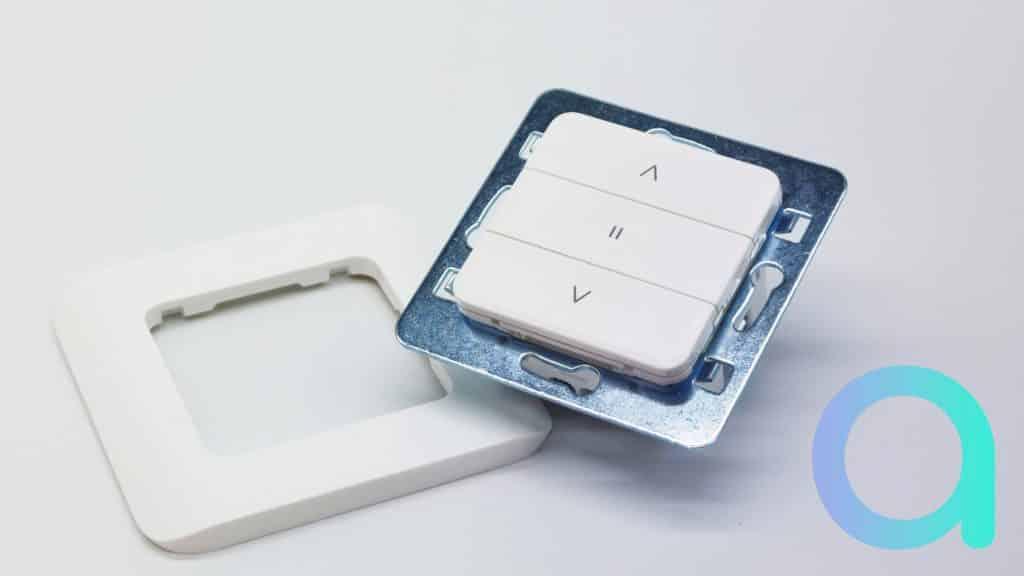 La fixation du support de l'interrupteur de volet DIO Rev Shutter est proposée en multiple point