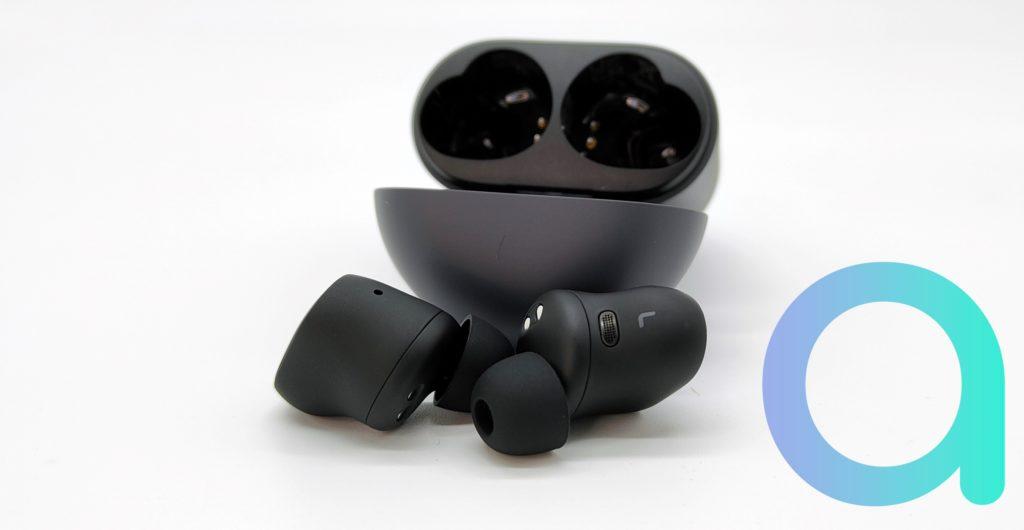 Sur la partie externe des écouteurs Redmi Buds 3 pro vous avez 3 micros pour capter les sons ambiants et les actions tactiles qui l'est possible d'effectuer