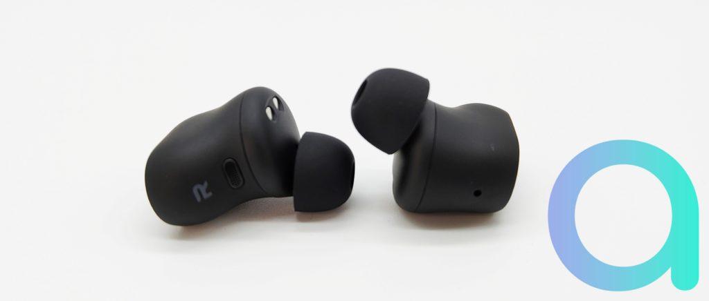 Sur chaque écouteur Redmi Buds 3 Pro un repère R et L pour ne pas se tromper de coté