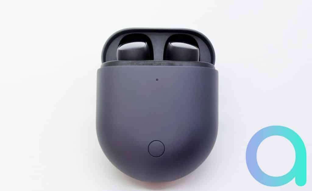 Les écouteurs intra auriculaires Redmi Buds 3 Pro bleu foncé dans leur boitier de rechargement