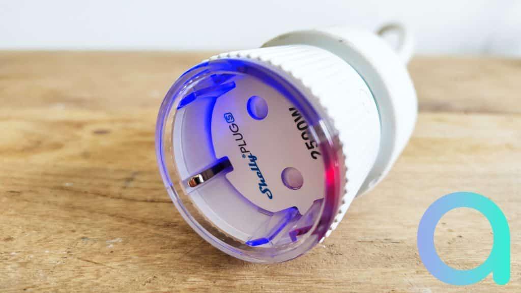 Les LED de la Shelly Plug S s'illuminent selon la fonction en cours de la prise : rouge et bleu pour le mode d'appairage
