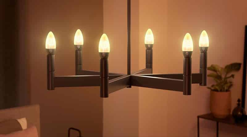 Un lustre composé de six ampoules Philips Hue White Filament E14 du plus bel effet