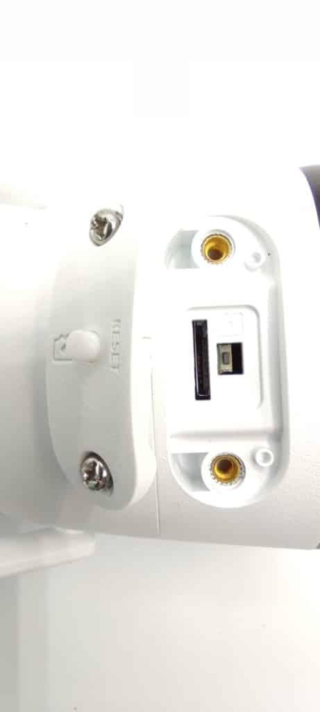 Sous la caméra, le bouton pour le reset et le logement pour une carte SD