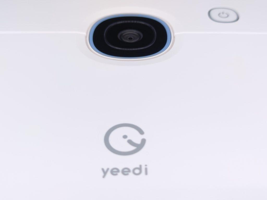 La surface du robot aspirateur Yeedi est plane et un seul bouton fonction s'affiche