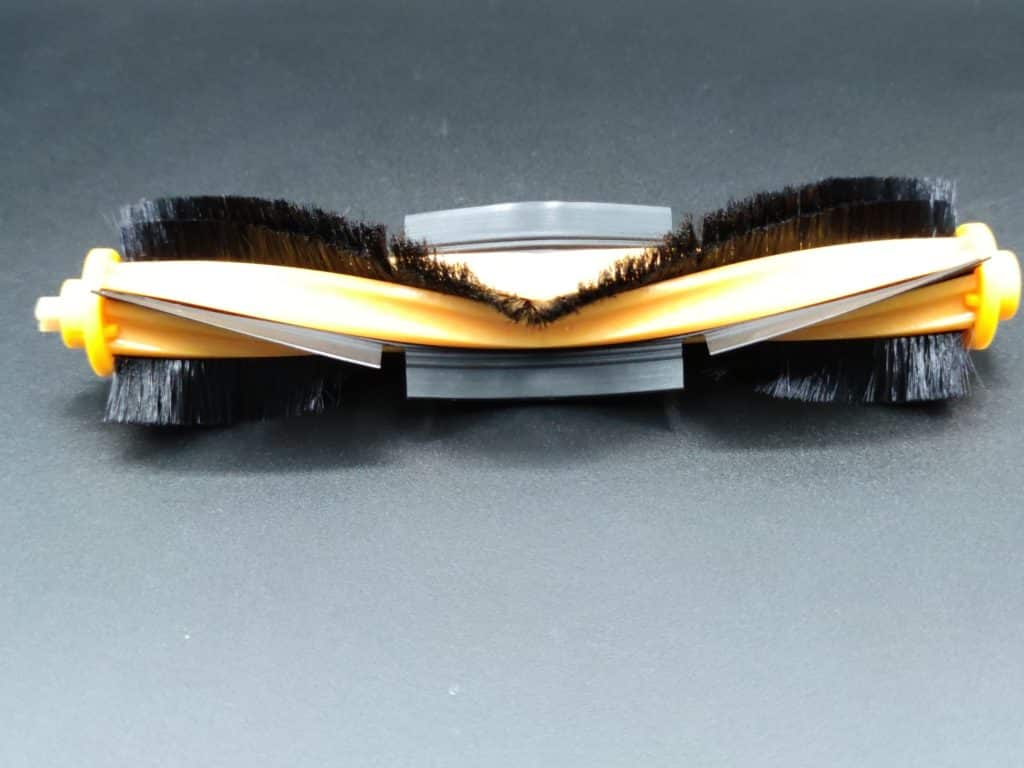 La brosse centrale alterne entre lamelle et poils pour le robot aspirateur Yeedi vac max