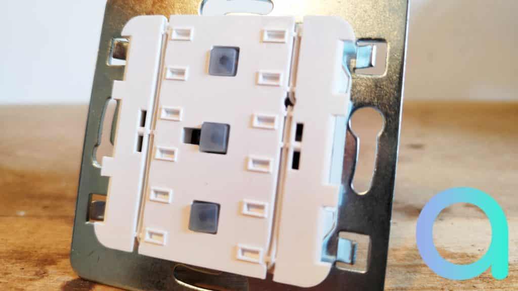 Derrière la facade de l'interrupteur connecté Dio, 3 boutons fonction : allumer/éteindre/mise en mode appairage