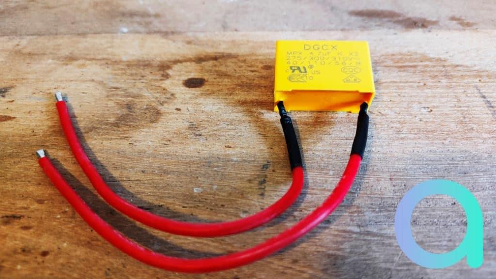 Le condensateur necessaire pour l'utilisation sans neutre est fourni avec l'interrupteur Dio Rev Lignt