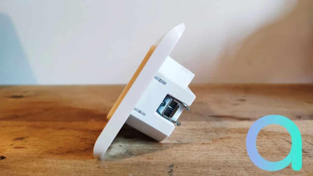 De profil l'interrupteur connecté Dio Rev-Light ne fait que 3.7 cm de profondeur